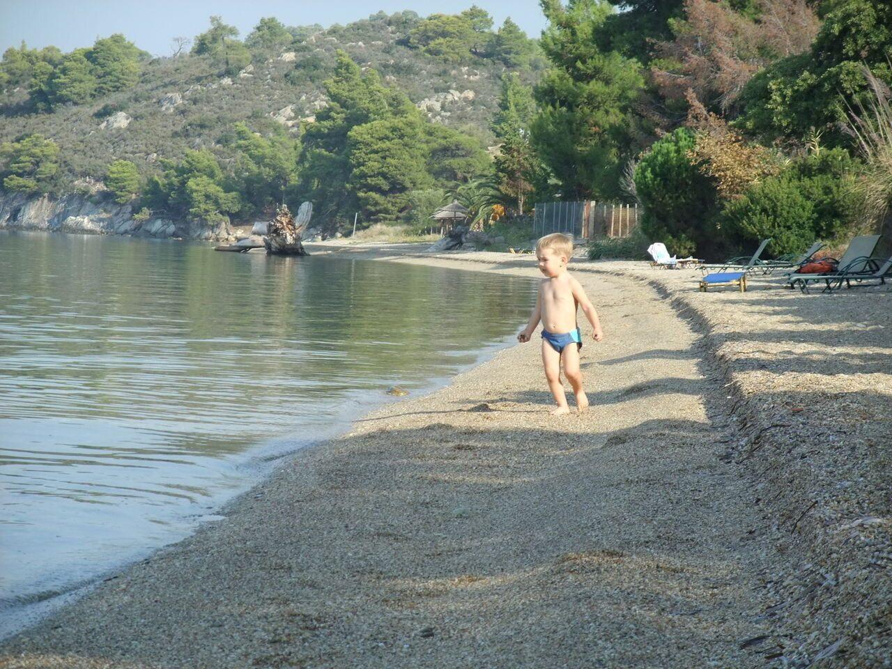 Нудизм Дети  10 Пляжи Лагомандра (Lagomandra). Найти не сложно по названию одноименной гостиницы. Пляж напротив отеля широкий, песчаный, частично организованный (лежаки, ...